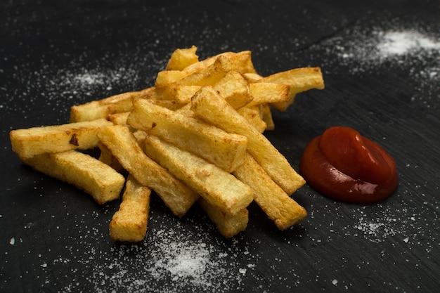 Pommes frites mit ketchup nahaufnahme