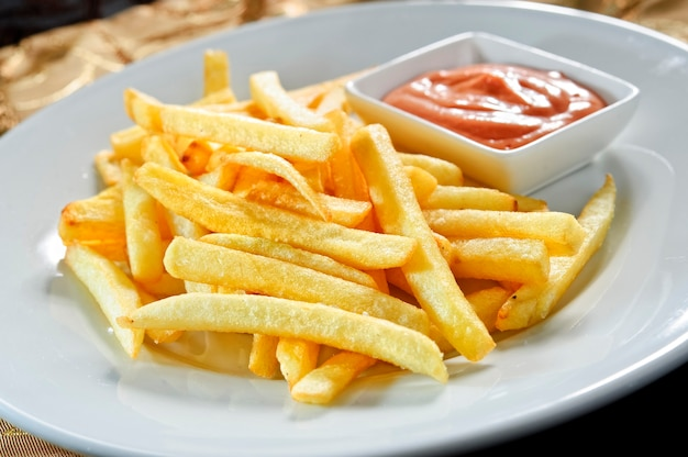 Pommes frites mit ketchup.