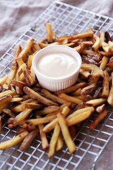 Pommes frites mit mayonnaise-sauce