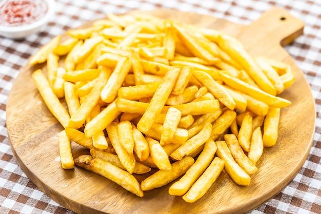 Pommes frites mit tomaten- oder ketchup-sauce