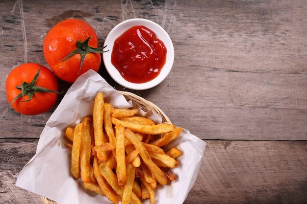 Pommes frites mit tomaten und soße