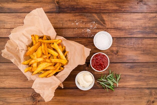 Pommes frites mit verschiedenen saucen