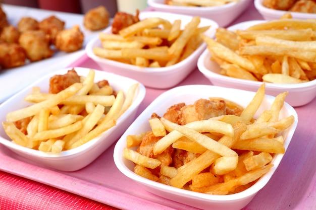 Pommes-frites und gebratenes huhn am markt