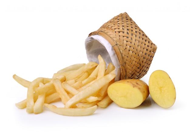 Pommes frites und kartoffeln auf weißem raum