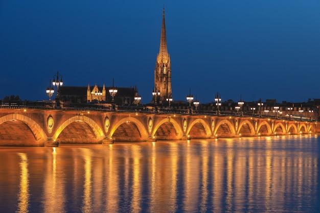 Pont de pierre über dem garonne-fluss in bordeaux, frankreich