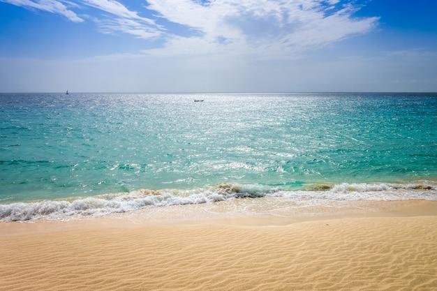 Ponta preta strand und düne in santa maria, insel sal, kap verde