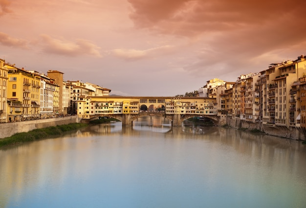 Ponte vecchio bei sonnenuntergang, florenz, italien