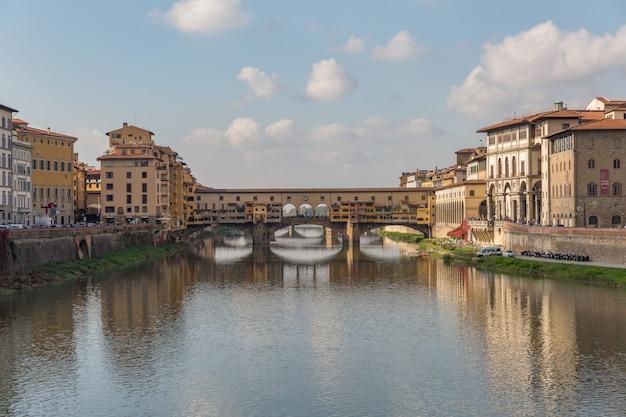 Ponte vecchio über dem arno in florenz, italien