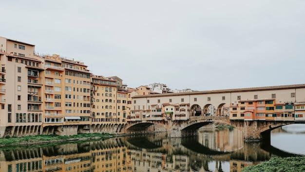 Ponte vecchio über dem arno in italien