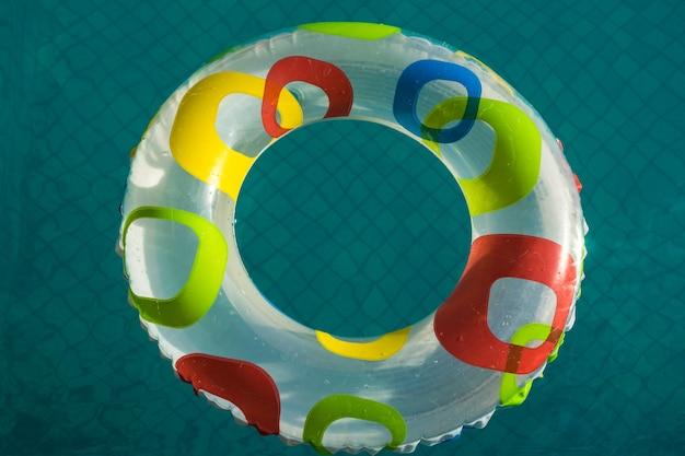 Pool entspannen sich konzept, schwimmen auf wasser