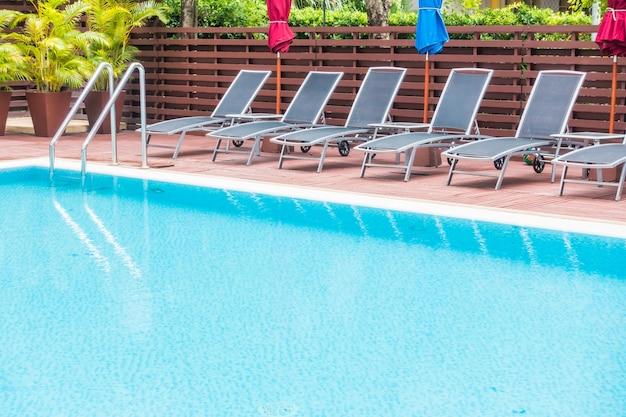 Pool mit hängematten in reihe angeordnet
