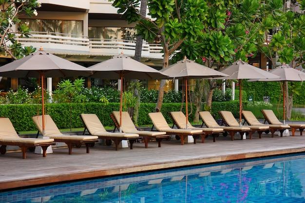 Poolbett neben dem pool im resort, poolbett für service-kunden entspannen vor und nach dem schwimmen