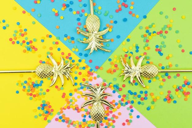 Pop farben. festlicher mehrfarbiger hintergrund mit hellen zuckerstreuseln und goldenen ananas.