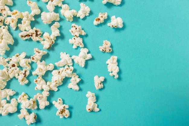 Popcorn auf blau