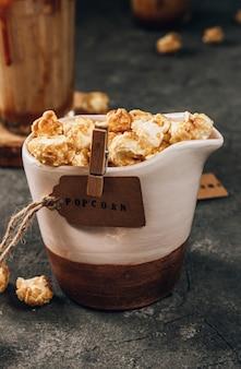 Popcorn auf dunklem hintergrund selektiver fokus