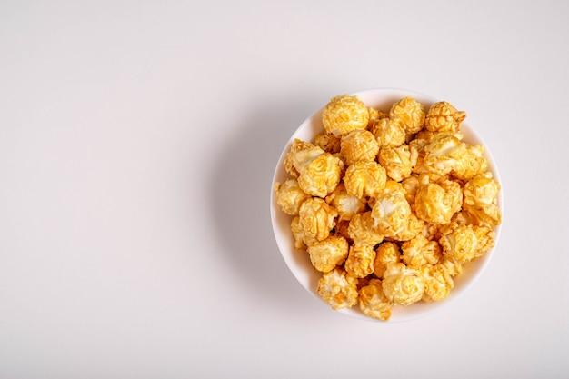 Popcorn auf einem weißen teller in einem weißen teller