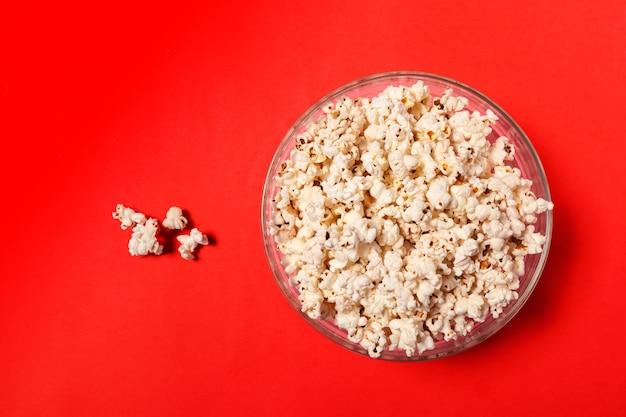 Popcorn auf farbigem hintergrund