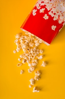 Popcorn auf gelbem grund