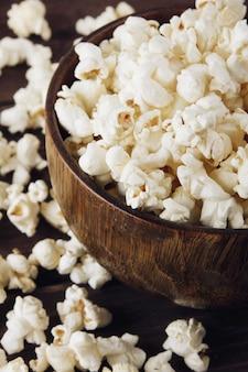 Popcorn auf holzuntergrund