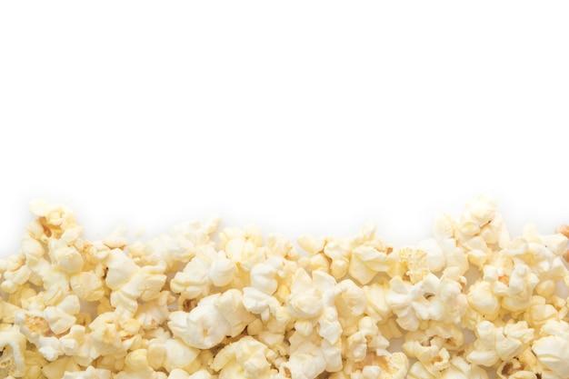 Popcorn auf leerem weißem hintergrund.