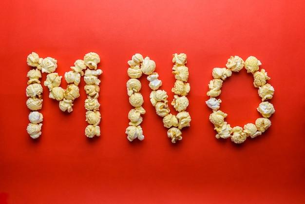 Popcorn bilden buchstaben m, n, o auf rotem grund