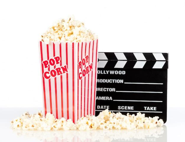 Popcorn-box mit clapper board auf weiß