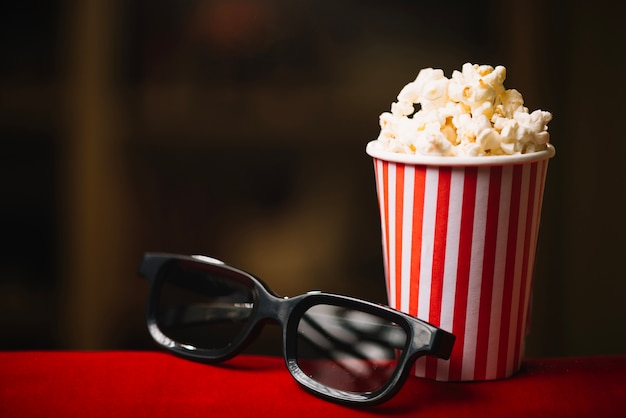 Popcorn-eimer und 3d-brille im kino