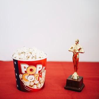 Popcorn-eimer und glänzende oscar-statuette