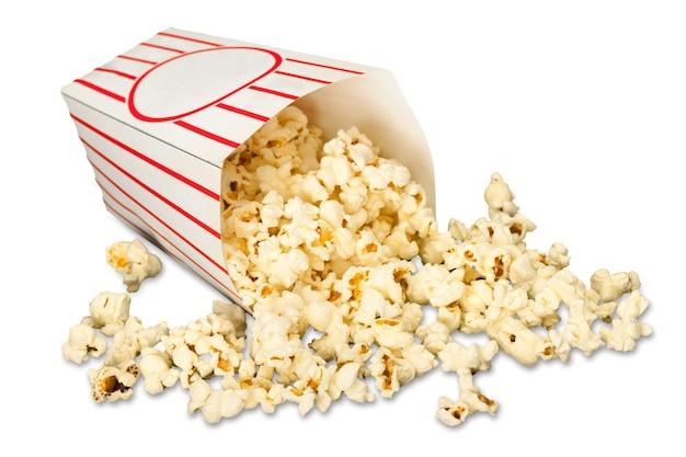 Popcorn-essen im karton auf dem hintergrund