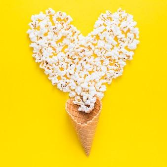 Popcorn-herz mit waffelkegel