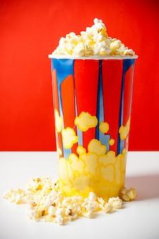 Popcorn im gestreiften eimer