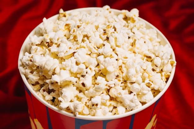 Popcorn im großen eimer