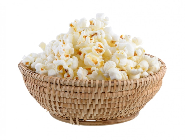 Popcorn im korb auf weißer wand