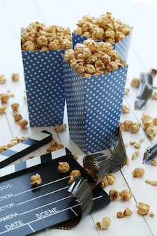 Popcorn im papierbehälter