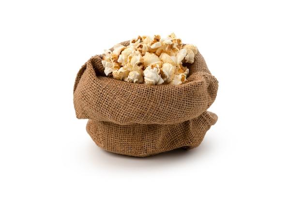 Popcorn im sack auf isoliertem weißem hintergrund