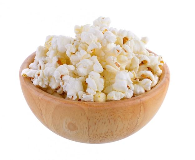 Popcorn in der holzschale auf weißer wand