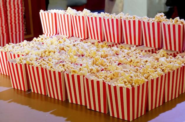 Popcorn in der roten und weißen pappschachtel bereit zu den filmen