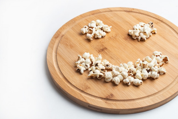 Popcorn in der schüssel auf weißem hintergrund