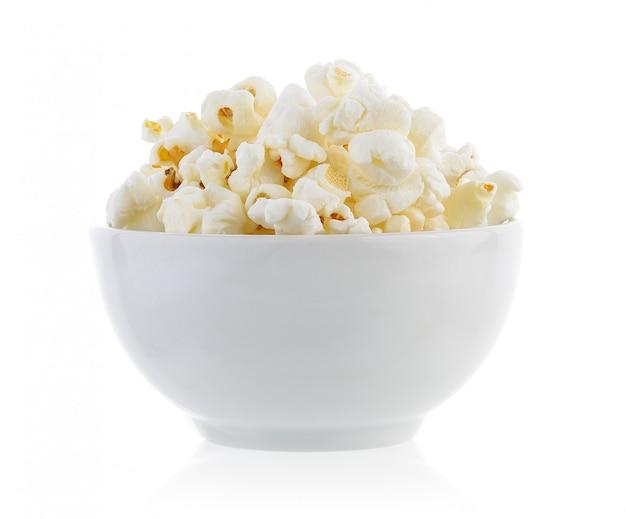 Popcorn in der schüssel lokalisiert auf weißem hintergrund