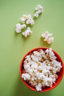 Popcorn in der schüssel