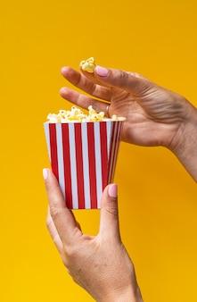 Popcorn in der weißen box mit roten streifen