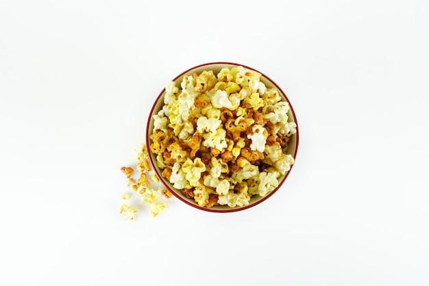 Popcorn in einem eimer für eine filmsession
