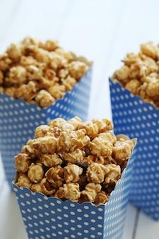 Popcorn in einem papaer-behälter
