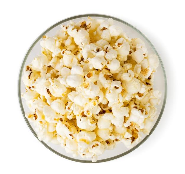 Popcorn in einer glasplatte draufsicht lokalisiert
