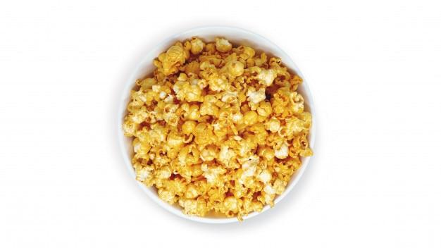 Popcorn in gestreiftem eimer auf weißem hintergrund