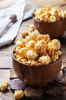 Popcorn in karamellglasur in holzschalen