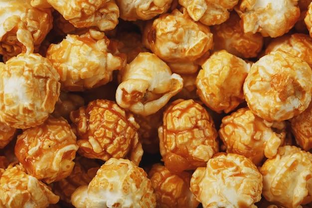 Popcorn in karamellglasur-nahaufnahme als hintergrund.