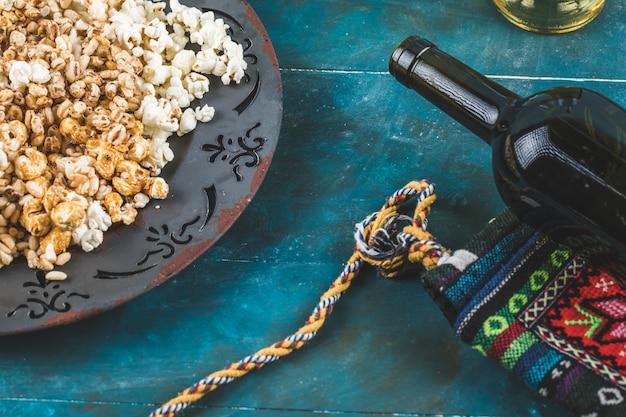 Popcorn-, karamell- und weizenmaissnacks auf einer platte