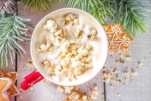 Popcorn latte kaffeetasse latte mit gesalzenem käse popcorn