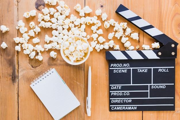 Popcorn mit cutter und notizbuch